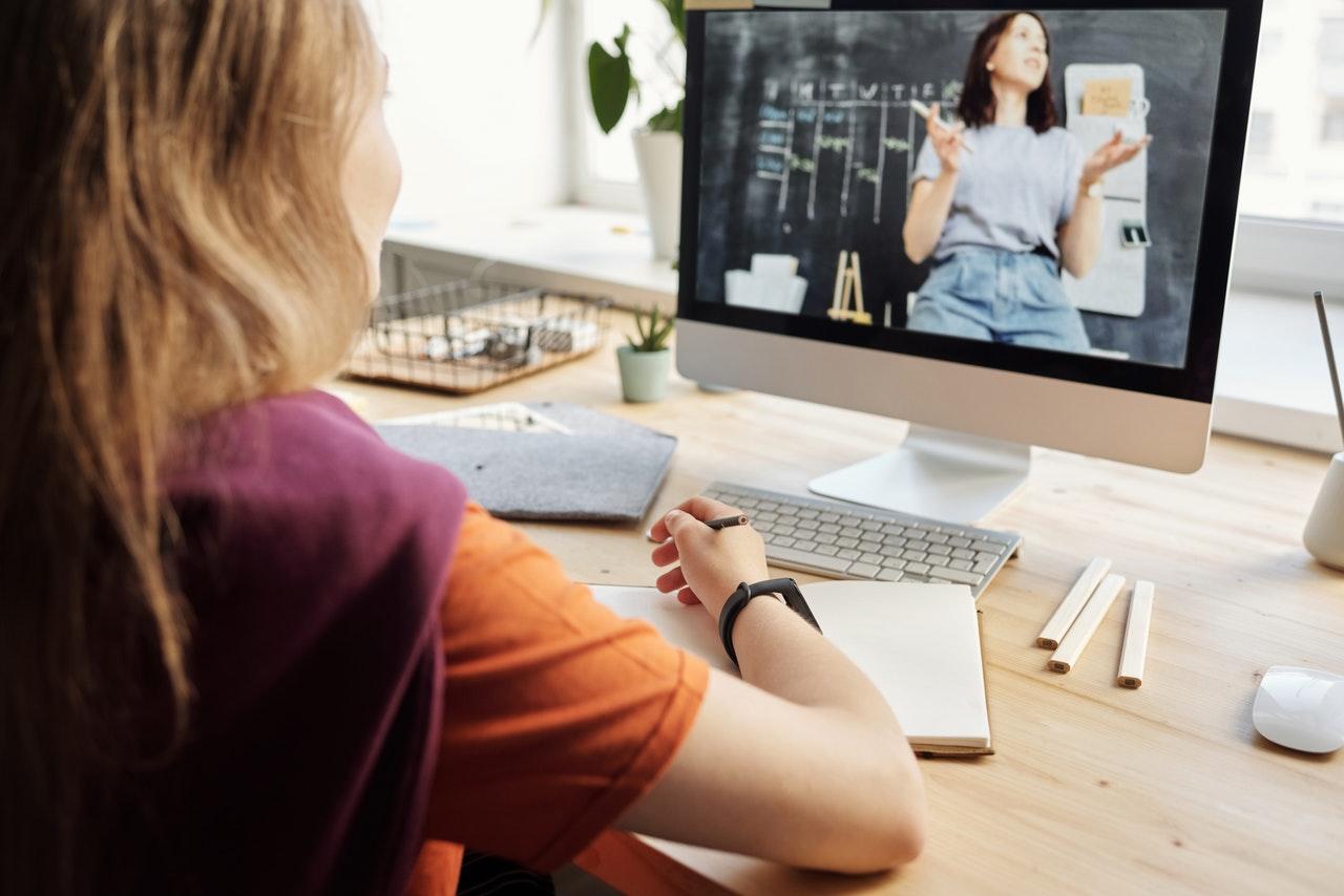 Comment trouver son équilibre avec les cours en ligne ?
